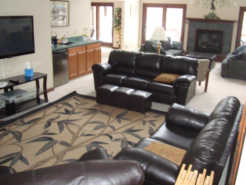 TV-Bereich der Great Room, Bar, Kamin und Ausgang zur geräumigen deck