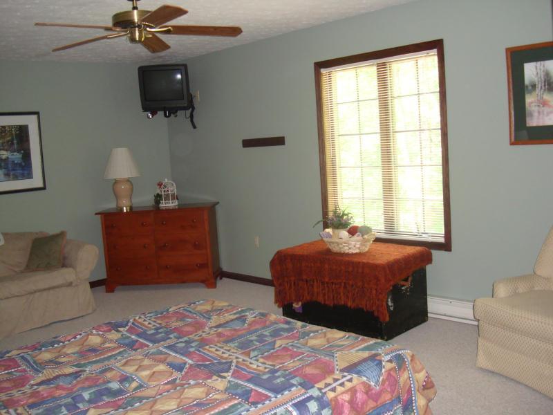Eines der 7 Schlafzimmer... mit Ventilatoren, Wand montierte TV\ ausreichend decken, Bettdecken, Schränke und 4 Pack n spielt