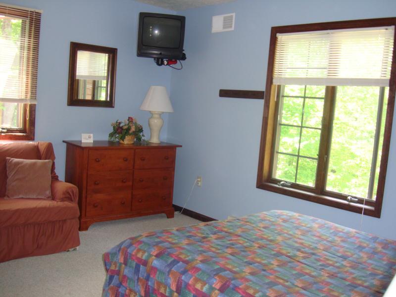 Ein weiteres typisches Schlafzimmer, jeweils mit geräumigem Kleiderschrank, Bügeleisen, Wäschekorb, Stühle, TV, etc.