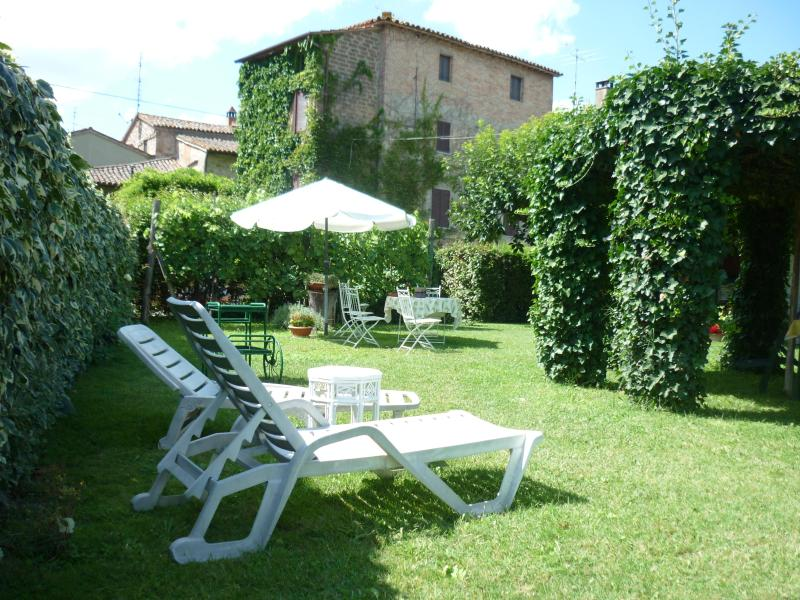 CASA GRETA IS A CHARMING  IVY- COVERED HOUSE WITH  GARDEN NEAR TODI, holiday rental in Castel Ritaldi