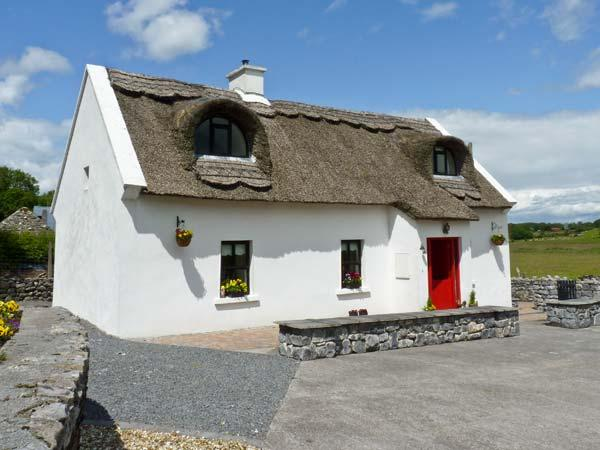 BALLYGLASS THATCHED COTTAGE, pet friendly, character holiday cottage, with a, holiday rental in Athlone