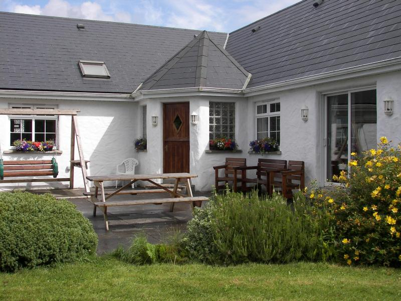 Charming Country House Near Scenic Westport Town – semesterbostad i County Mayo