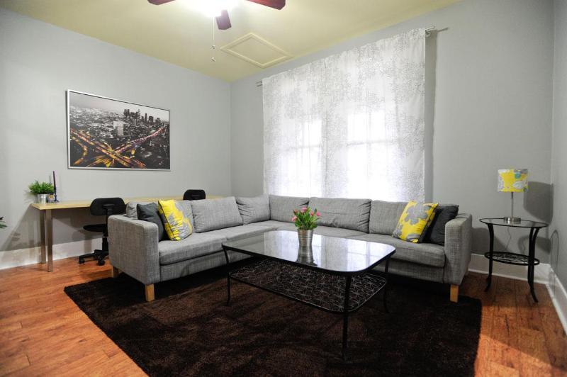 Ampla sala de estar aberta brilhante