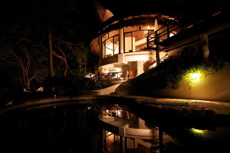 The main villa of Violeta at night