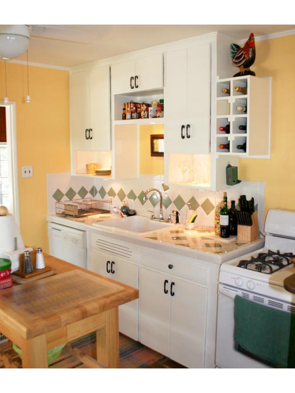 Cocina, mostradores y cubiertos.