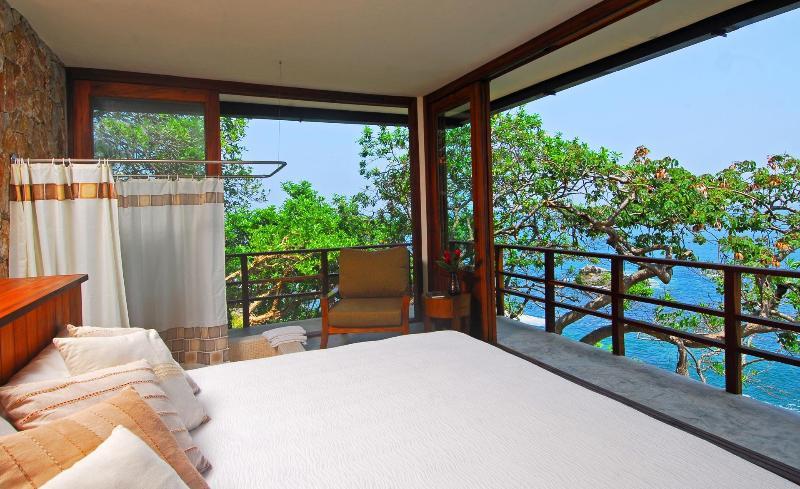 King bed above the ocean in Casa Mirador