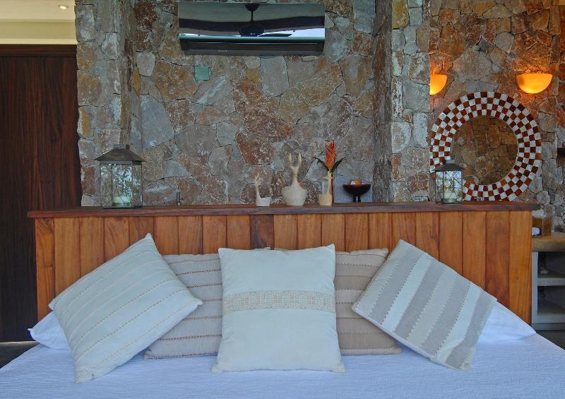 King bed in Casa Mirador