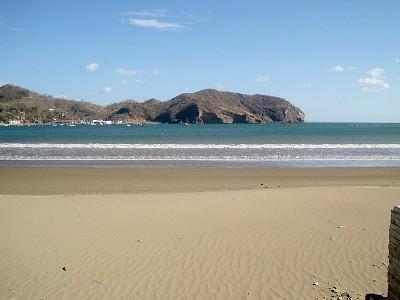 Buena sección de playa de arena - cerca de piscina