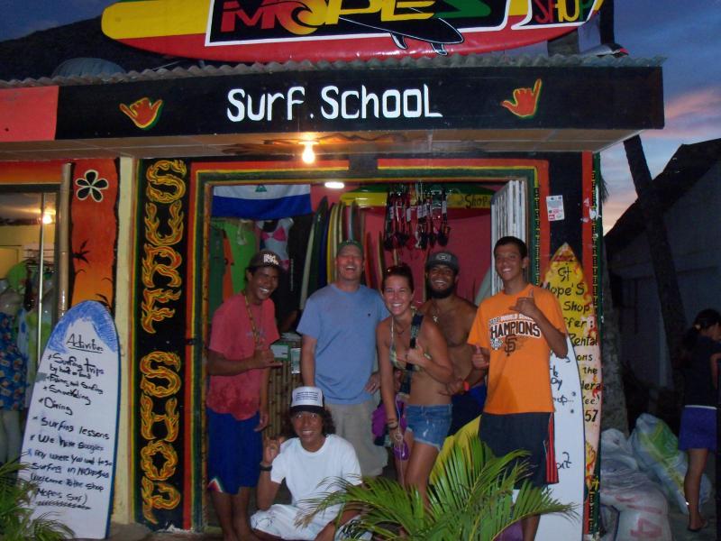 Una de las muchas escuelas de Surf está en la ciudad