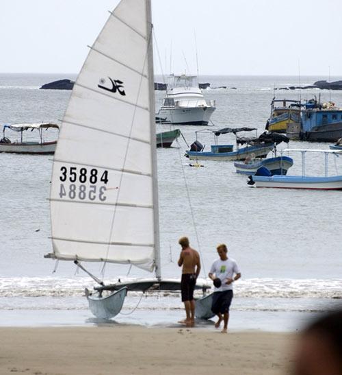 Hobie Cat marineros hacen una parada en la bahía
