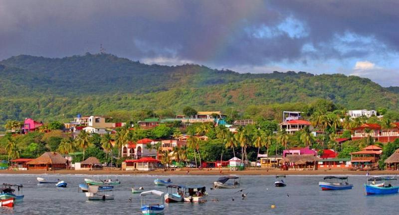 Coloridos barcos hacen para una vista de postal en la bahía