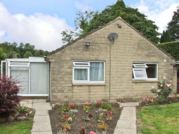 MATLOCK GREEN, pet friendly, country holiday cottage, with a garden in Matlock, holiday rental in Tansley