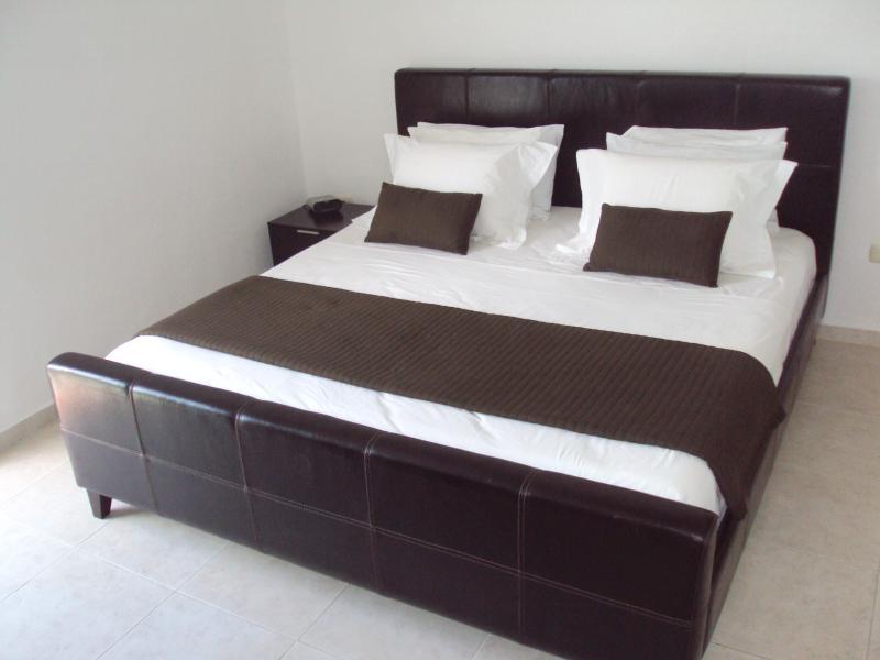 Chambre des maîtres avec la taille Empress cadre de lit en cuir et matelas très confortable!