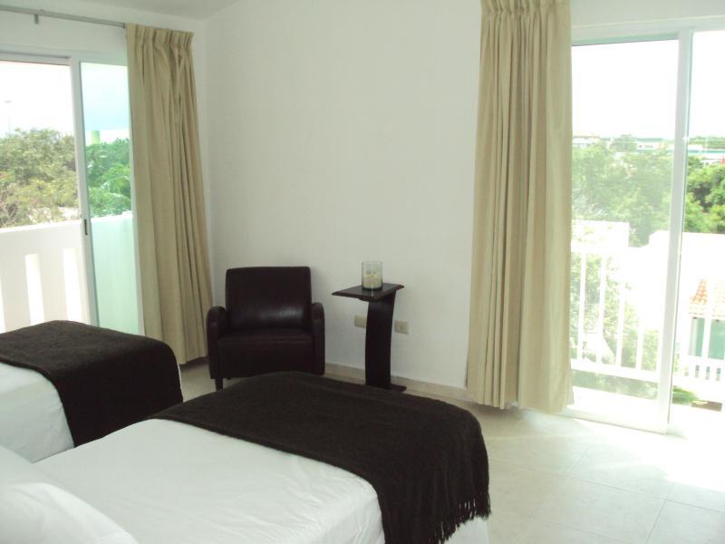 Chambre 2 - beaucoup de vues et spots balcon vert