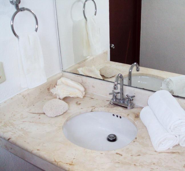 Chambre 2 - lavage couloir lavabo, avant d'atteindre douche et WC salle