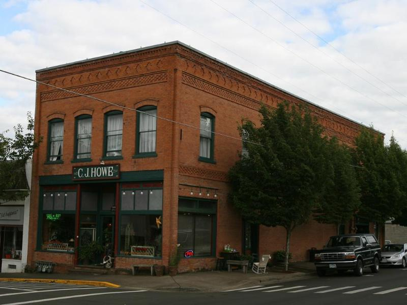 Historic C.J. Howe Building Vacation Rental, Brownsville Oregon