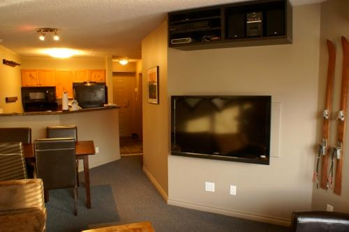 46' LCD TV with HDTV package, High Speed Internet, Netflicks, Apple TV, DVD & Stereo with iPod dock!