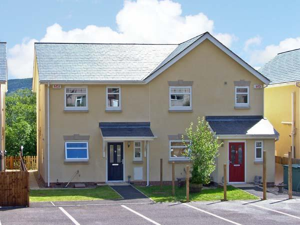 TY GWYDYR, family friendly, country holiday cottage, with a garden in, holiday rental in Llanbedr-y-Cennin