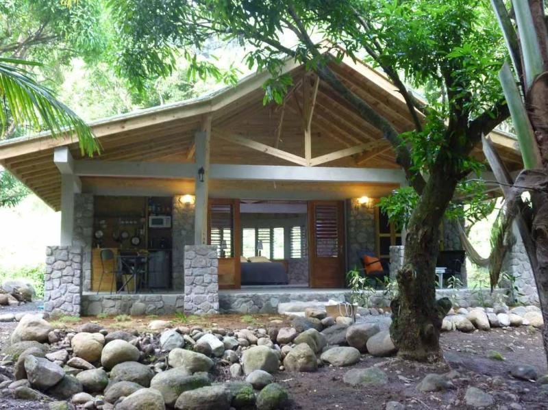 Mango Riverside cottage in a plantation, holiday rental in Dominica