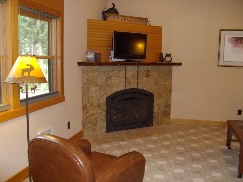 Fireplace w/32' TV (Satellite DVD)