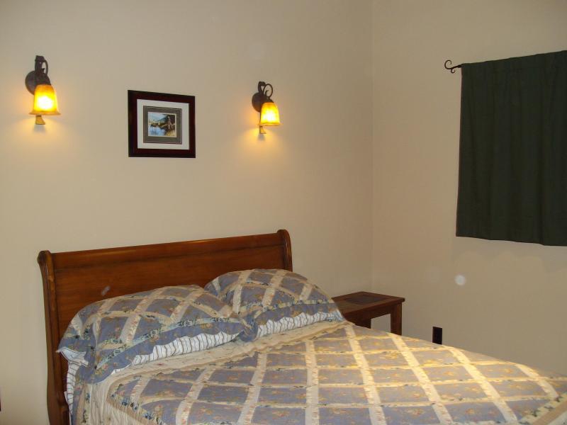 2nd Bedroom w/Queen