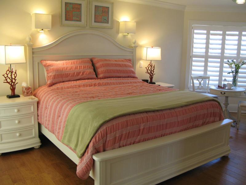 master bed 1 with large ensuite private deck,sea view, king bed