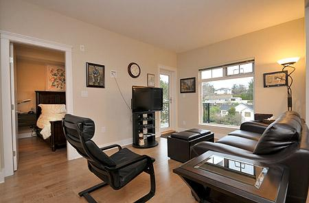 Centrally Located Victoria 1 Bedroom Condo close to Victoria General Hospital, holiday rental in Saanich