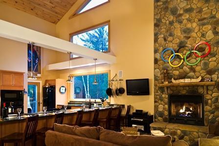 Ontspan bij de open haard en kijk naar al het licht en het landschap streaming door de ramen!