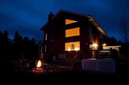 Zitten door het vuur 's nachts, roosteren sommige smores, chatten met vrienden en geniet