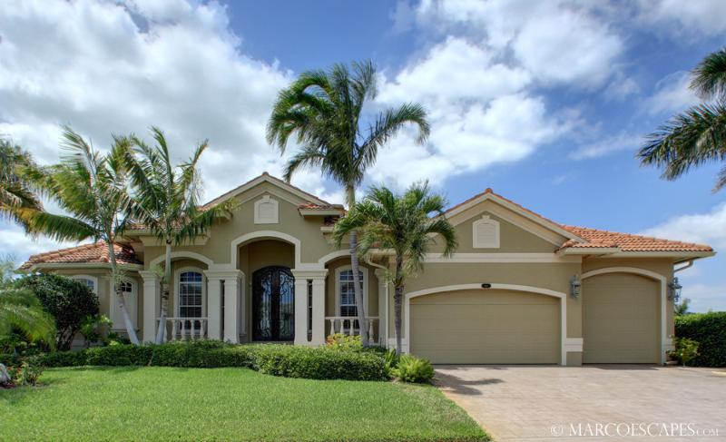CLIFTON - Stately Island Villa, Easy Walking Distance to Tigertail Beach !!, vacation rental in Marco Island