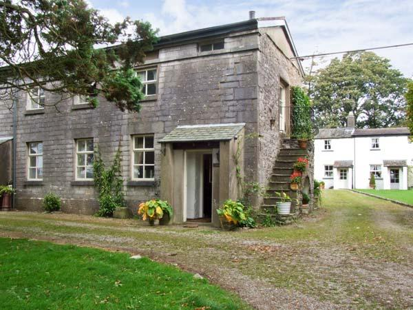 GROOM'S QUARTERS, pet friendly, character holiday cottage, with a garden in, Ferienwohnung in Cartmel