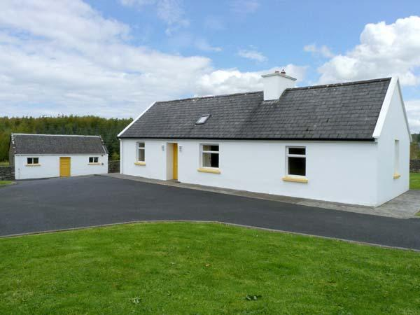 GROVE COTTAGE, pet friendly, with a garden in Lisdoonvarna, County Clare, Ref, casa vacanza a Lahinch