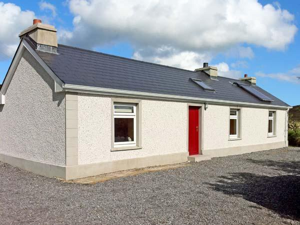 CARNAWEEN VIEW, pet friendly, country holiday cottage, with a garden in, vacation rental in Ardara