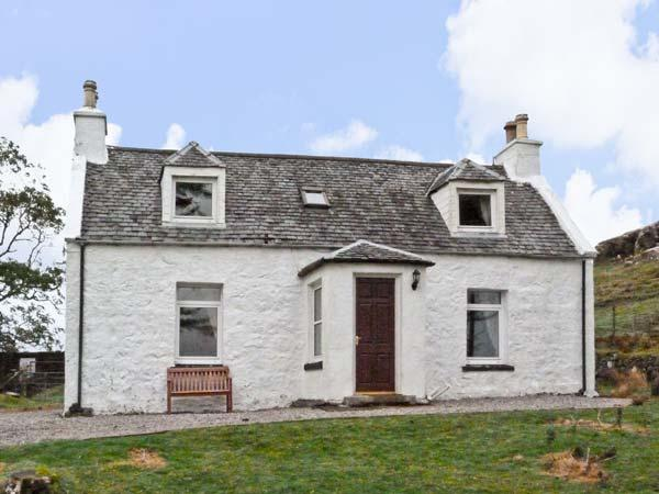 THE GHILLIE'S COTTAGE, country holiday cottage, with a garden in Dunvegan, Isle, holiday rental in Treaslane