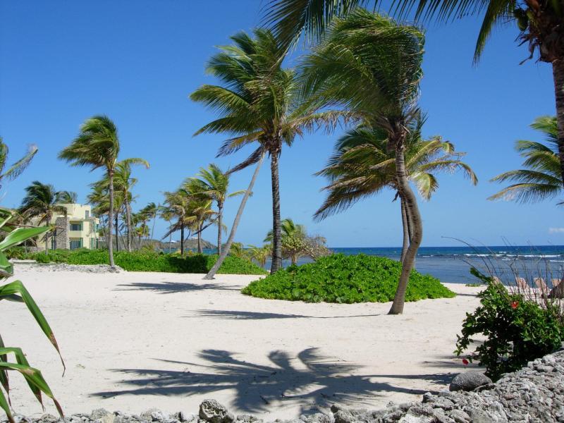 otra vista de Pelican Cove Beach en la puerta
