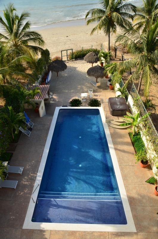 Vista da piscina da varanda do apartamento