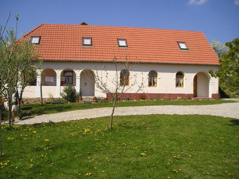 Beautiful Holidayhouse with garden in Hungary, holiday rental in Tardona