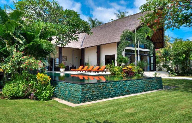 Villa Lovina-5* Beachfront Villa With Huge Pool, holiday rental in Lovina Beach