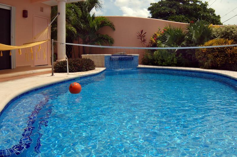 Piscina con Volley Ball y bañera de hidromasaje