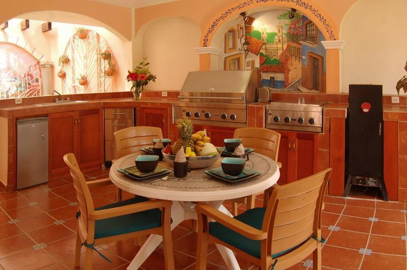 Cocina exterior con asador y ahumador