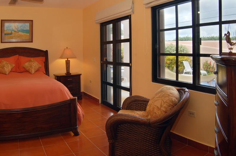 Dormitorio con vista a la piscina jardín.  Reina. Entrada privada.