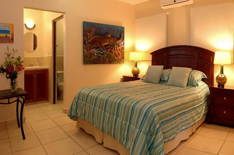 Suite jardín, cama Queen, baño privado, entrada privada.