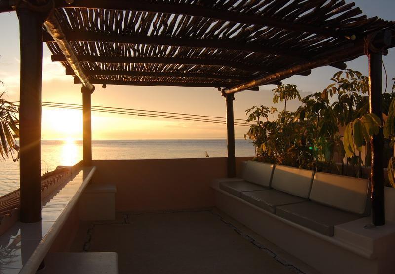 Casa Feliz terraza con vistas al mar y la selva...