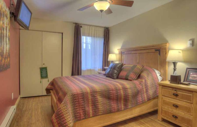 De koningin grootte nieuwe matras in de slaapkamer omvat prachtige vellen