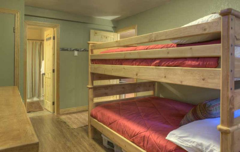 Deze stapelbedden zijn volledige grootte: geen strakke fits voor slapen hier!