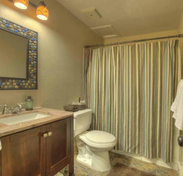 Stapelbed kamer bad, voorzieningen zijn er als u ze nodig hebt!