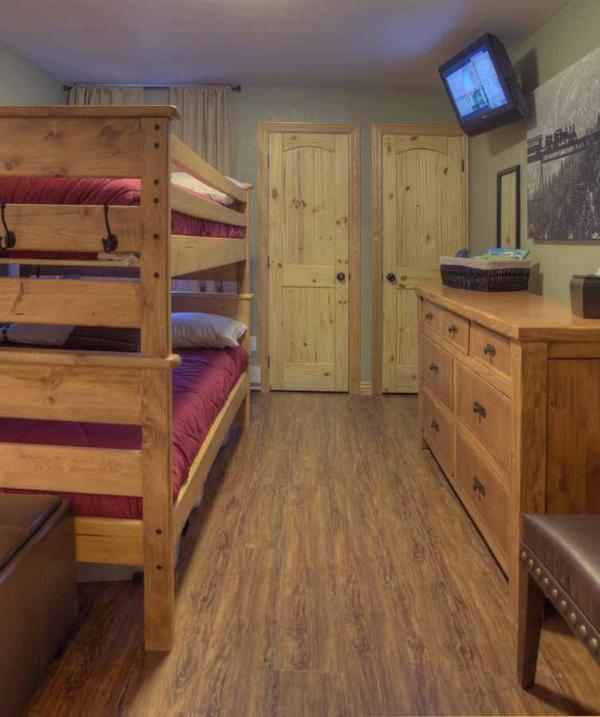 Kast ruimte, tv, luxory bladen en ruim voldoende opslagcapaciteit voor uw verblijf!