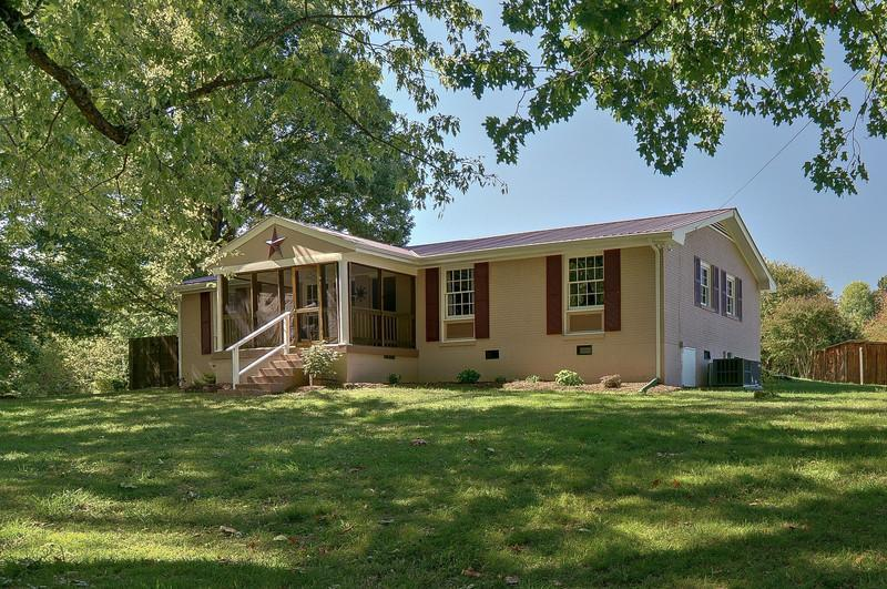 Enjoy Music city then retreat to newly renovated 3 bed home, 6 acres, surrounded by oak & maples.