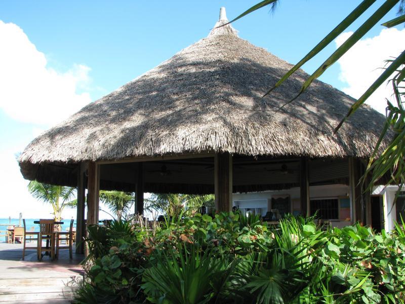 Caminar durante unos minutos a lo largo de la playa para almorzar en este restaurante y bar
