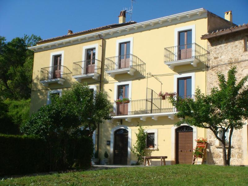 Quaint & cozy apartments in the italian Apennines, vacation rental in Coppito